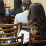 Студенты слушают проповедь