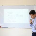 Преподаватель ведёт библейский урок