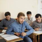 Студенты слушают библейский урок