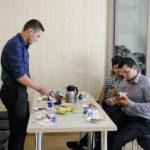 Студенты в перерыве пьют кофе